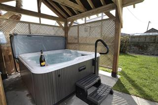 Cottages with Hot Tubs and Jacuzzi